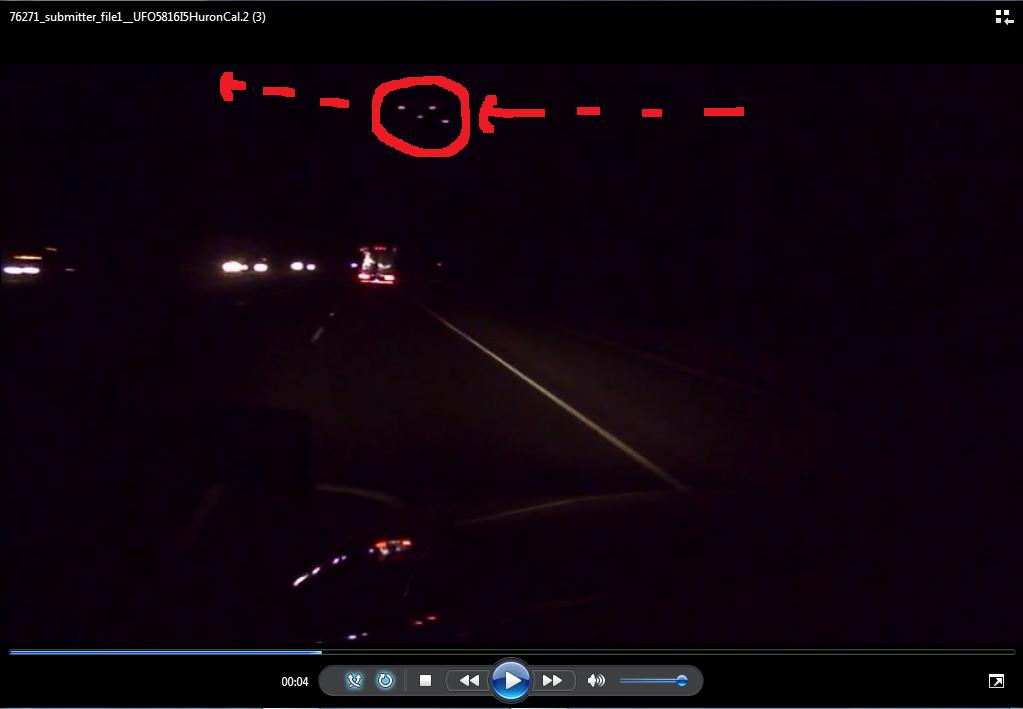 Photo : j'ai extrait cette autre image de la vidéo. J'ai entouré et fléché la direction en rouge de cette formation de 4 lumières. A Huron, Californie, le 07 mai 2016...