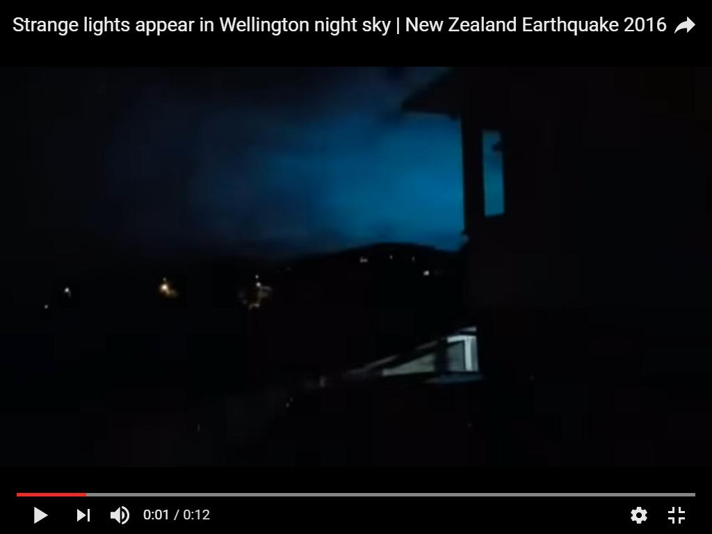 Photo : j'ai extrait cette image de la vidéo. Flashs de lumière bleue sur Wellington, novembre 2016...