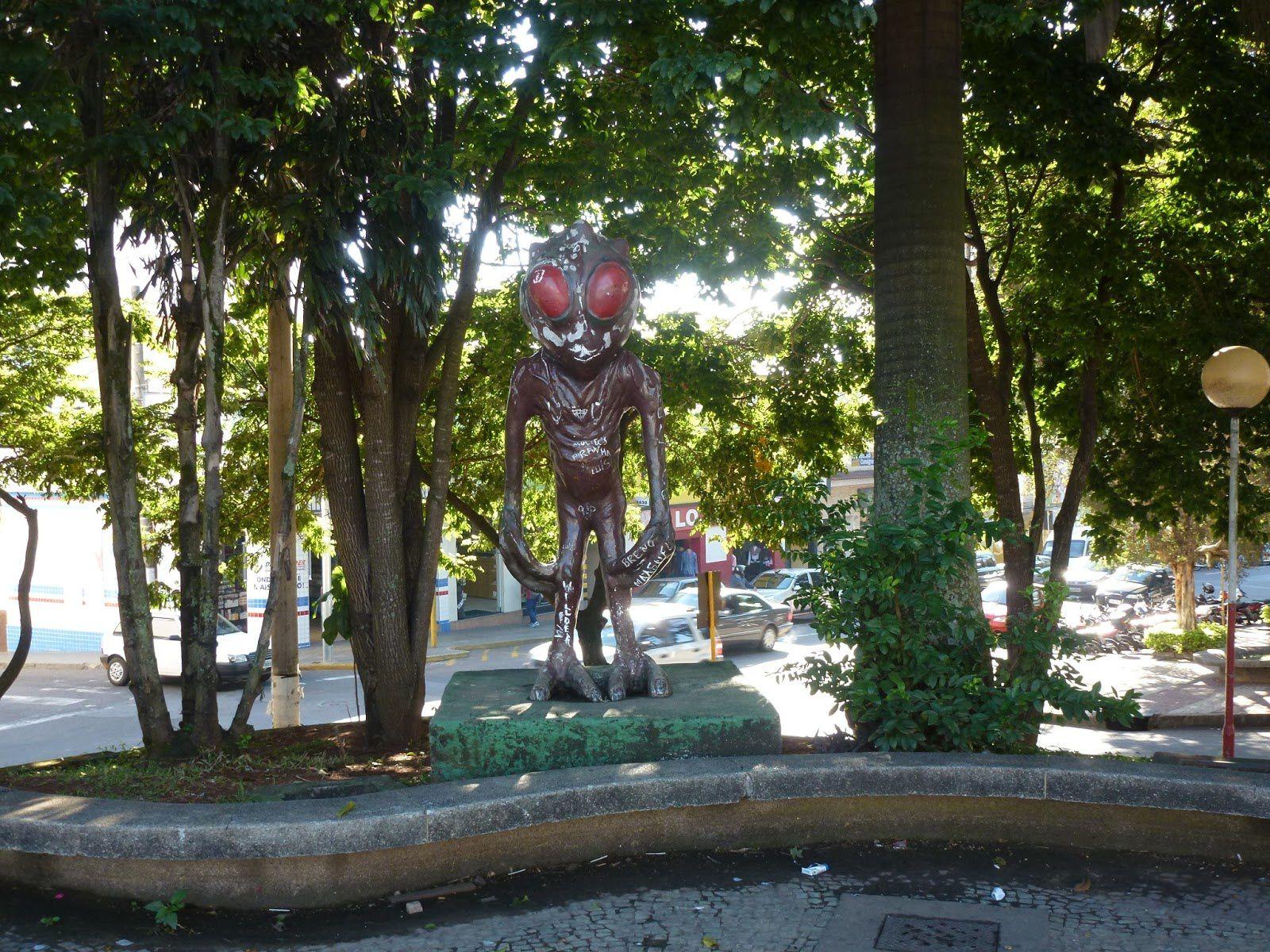 Image : statue de la Créature Alien, à Varginha.
