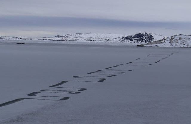 Photo : étranges traces au sol au lacThingvallavatn, en Islande...
