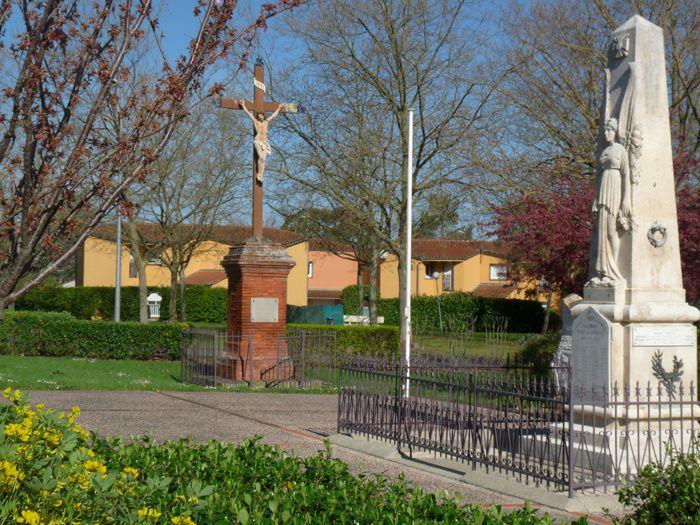 Bâtiments modernes et en construction, calvaire du XIXe et monument aux morts