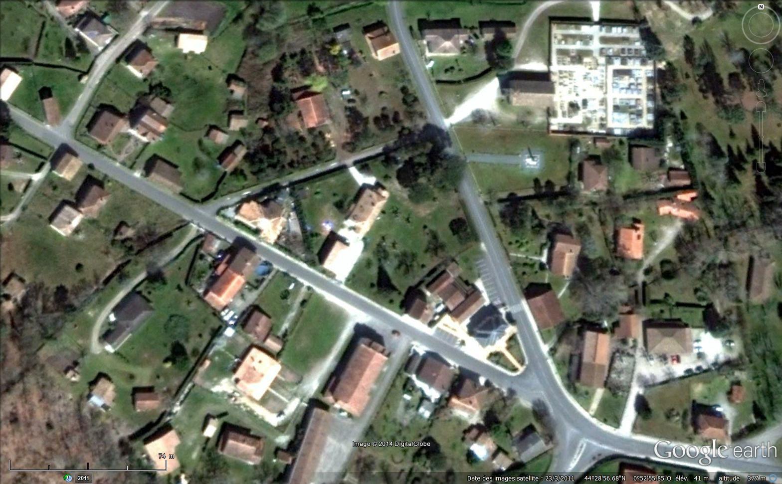 1. Le centre du bourg de Lugos : au NE, on voit l'église et le cimetière.   2. Lotissement récent.