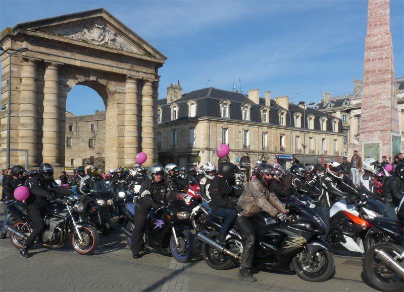 Bordeaux place de la Victoire : « Toutes en moto »