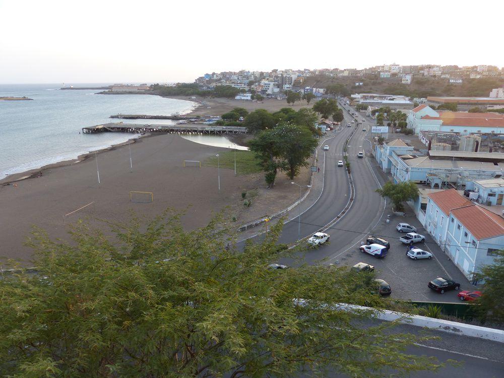 A Praia da Gamboa : l'avenida Combatentes da Liberdade da Patria