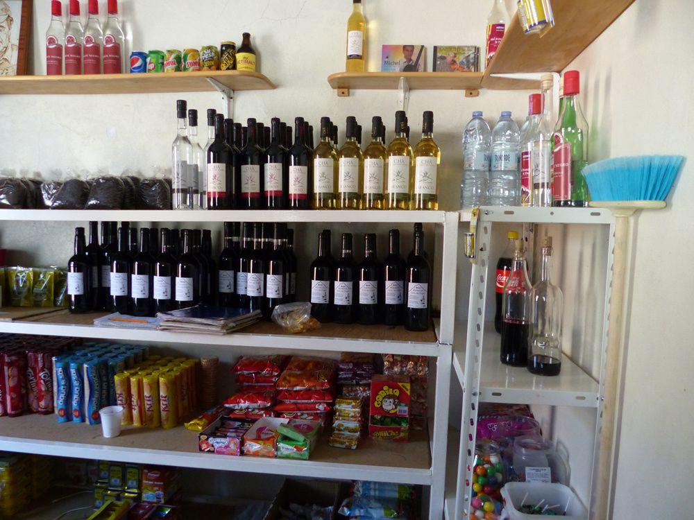 1. Le vinho de Fogo dans une boutique &#x3B; 2. Des vignes sur les scories