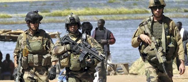 Sodats français au bord du fleuve Niger