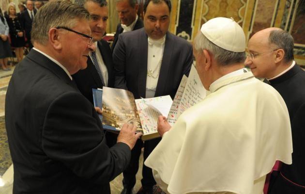 Parlementaires français offrant leur cadeau au pape