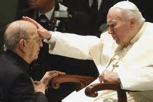 Jean-Paul II bénissant Marcial Maciel, prêtre père, pédophile notoire !
