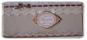 """papier à pois, dentelle, ruban marron, tampon """"petits moments précieux"""""""