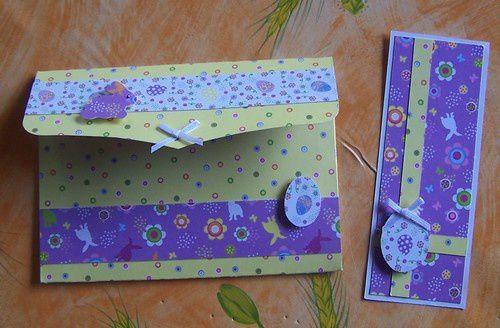 une pochette avec plein de bons chocolats à l'intérieur, une enveloppe et un tag
