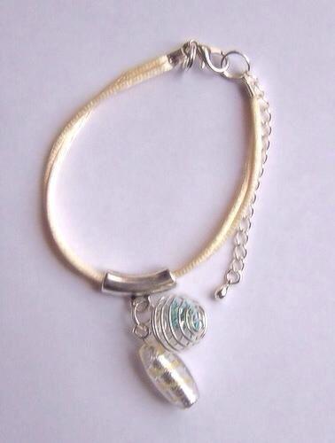 """Bracelet """"ficelle"""" jaune pâle à breloque (c'est le mien <3) et bracelets """"ficelle"""" plus simples"""