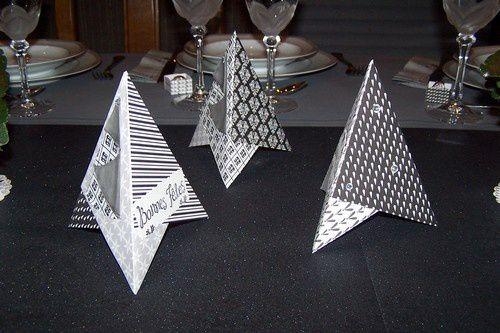 des petits sapins, réalisés avec 3 carrés, des étiquettes et des strass