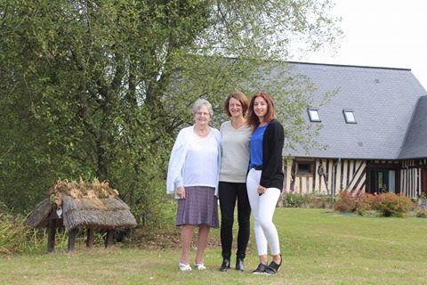 """ma mère, moi et ma fille, devant la maison que nous avions louée """"la roselière"""""""