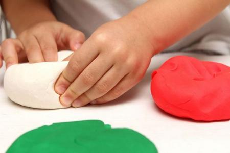 Faire avec les enfants une activité avec de «la pâte à sel»