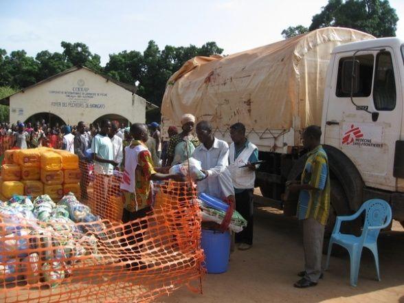 MSF distribue du matériel de première nécessité à 5 000 personnes déplacées à Batangafo en Centrafrique