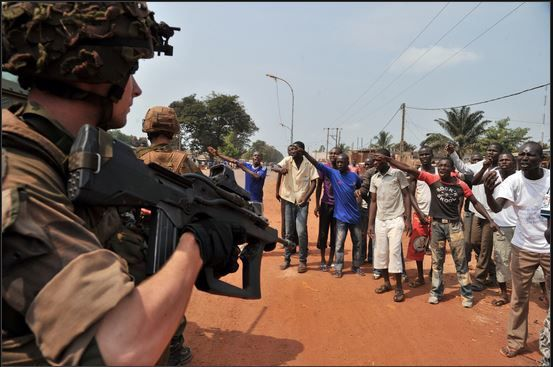 Centrafrique: tirs, explosions et barricades à Bangui contre les forces internationales