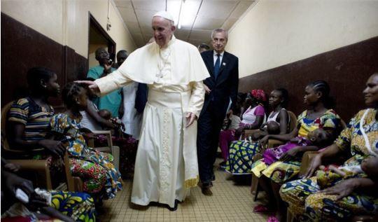 Le pape François a quitté Bangui, dernière étape de sa tournée africaine