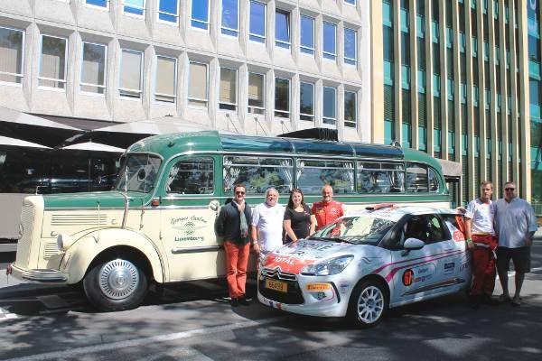 Goerges Carbon (de g à d) Denis Blas, Elise Baldini, Mario Langer (copilote), Cristopher Blas et Franco Francisco posent pour la photo souvenir de cette première devant le magnifique bus Mercedes découvrable de 1953 !