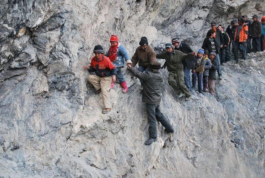 Collés aux falaises, en Chine….