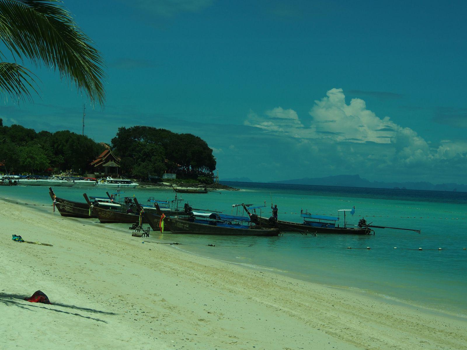 Crédit photographique Philippe Poisson - Phi Phi Don en Thaîlande - Une île qui semble avoir été créée exprès pour composer une des plus belles cartes postales de ce pays ...