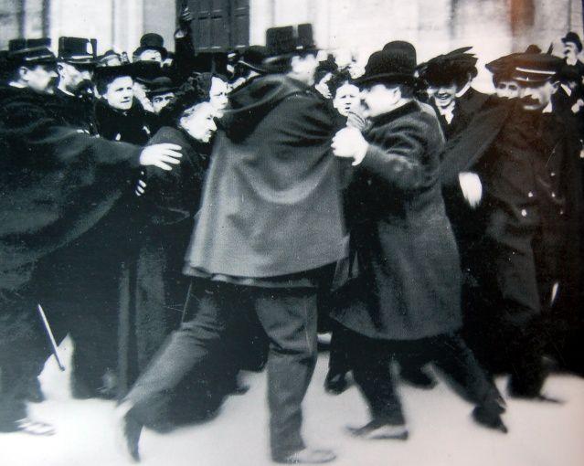 Manifestation devant Notre-Dame des Champs à Paris en 1904 lors du vote de la loi de séparation de l'Église et de l'État © domaine public - 2013
