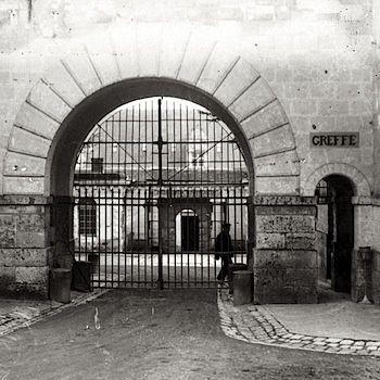 Maison centrale de Fontevrault, grille d'accès à la détention (vers 1930),  photo Henri Manuel, coll. ENAP