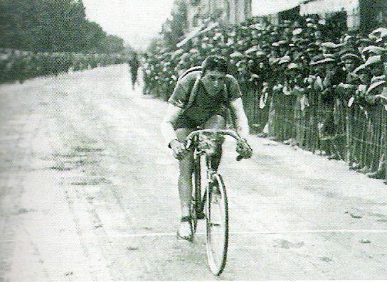 """Malchanceux, Jean Alavoine anime le récital peugeot. A Belfort, sur crevaison, """"le gars Jean"""" termine deuxième. (Tour de France 1914)"""