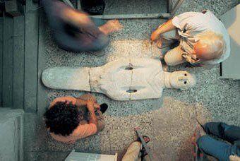 Les archéologues et la statue, photo Internet