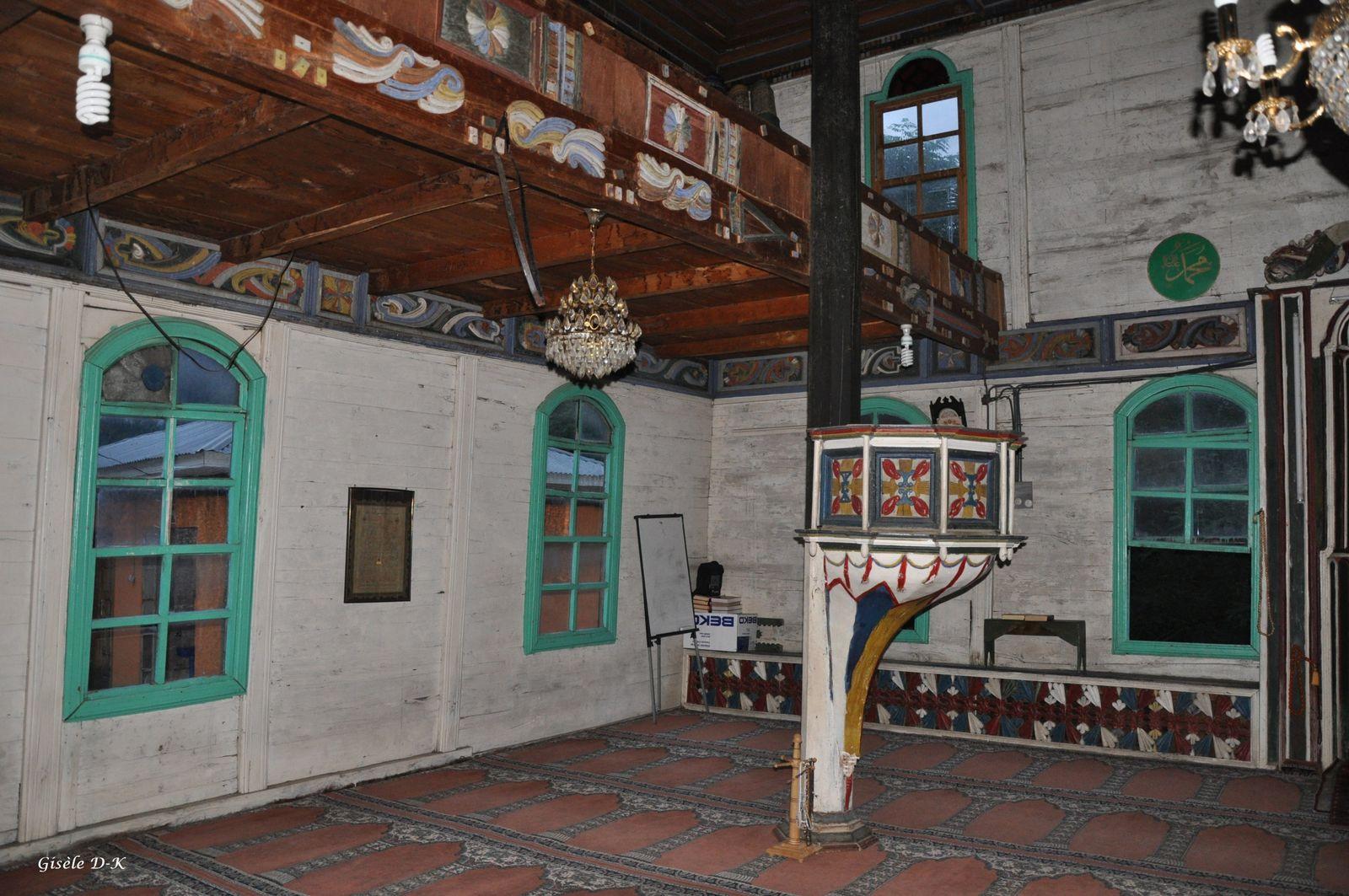 La mosquée de Camili, toute en bois, est célèbre pour ses bois peints.
