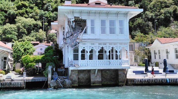 Istanbul, Bosphore : un cargo dans le yali !