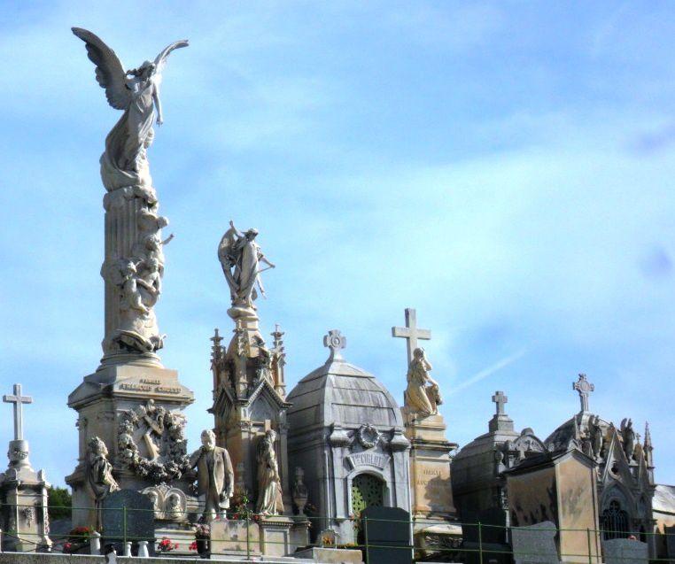 Le mausolée Grosso, surmonté d'un ange gigantesque...