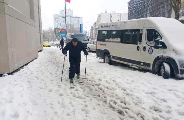 Photo copiée sur Internet : un skieur au centre ville...