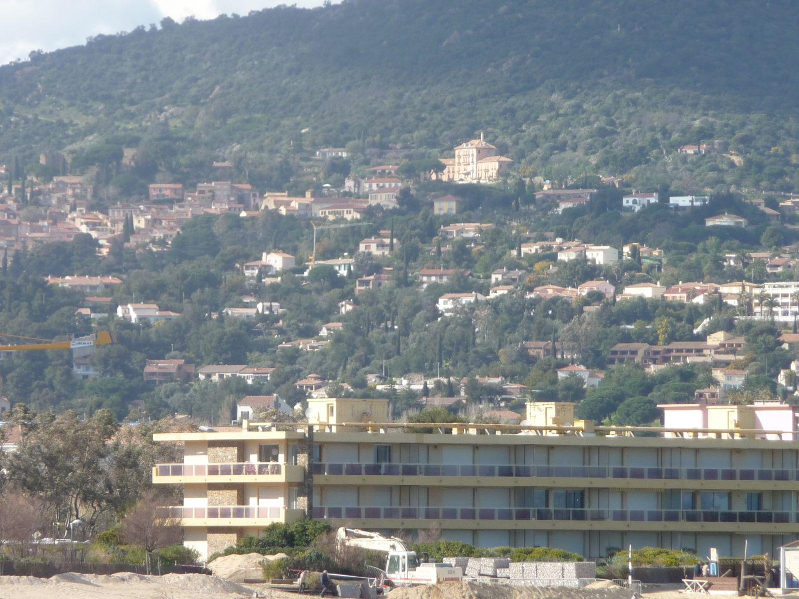 en faisant un petit zoom , on aperçoit le grand hôtel , situé sur les hauteurs du vieux village de Bormes .