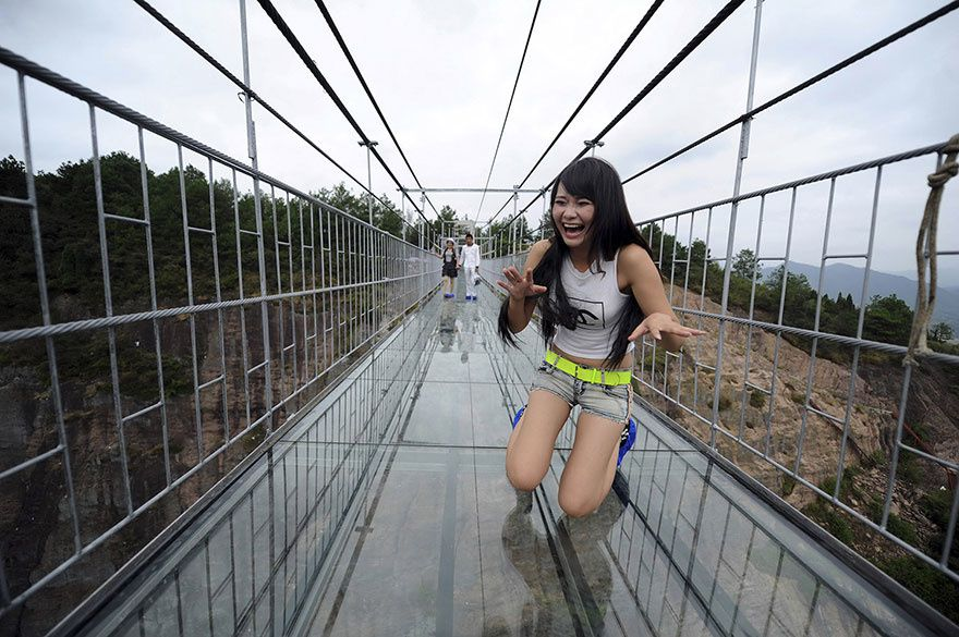 LE PONT EN VERRE  UNE ATTRACTION EN CHINE POUR DONNER DES FRISSONS