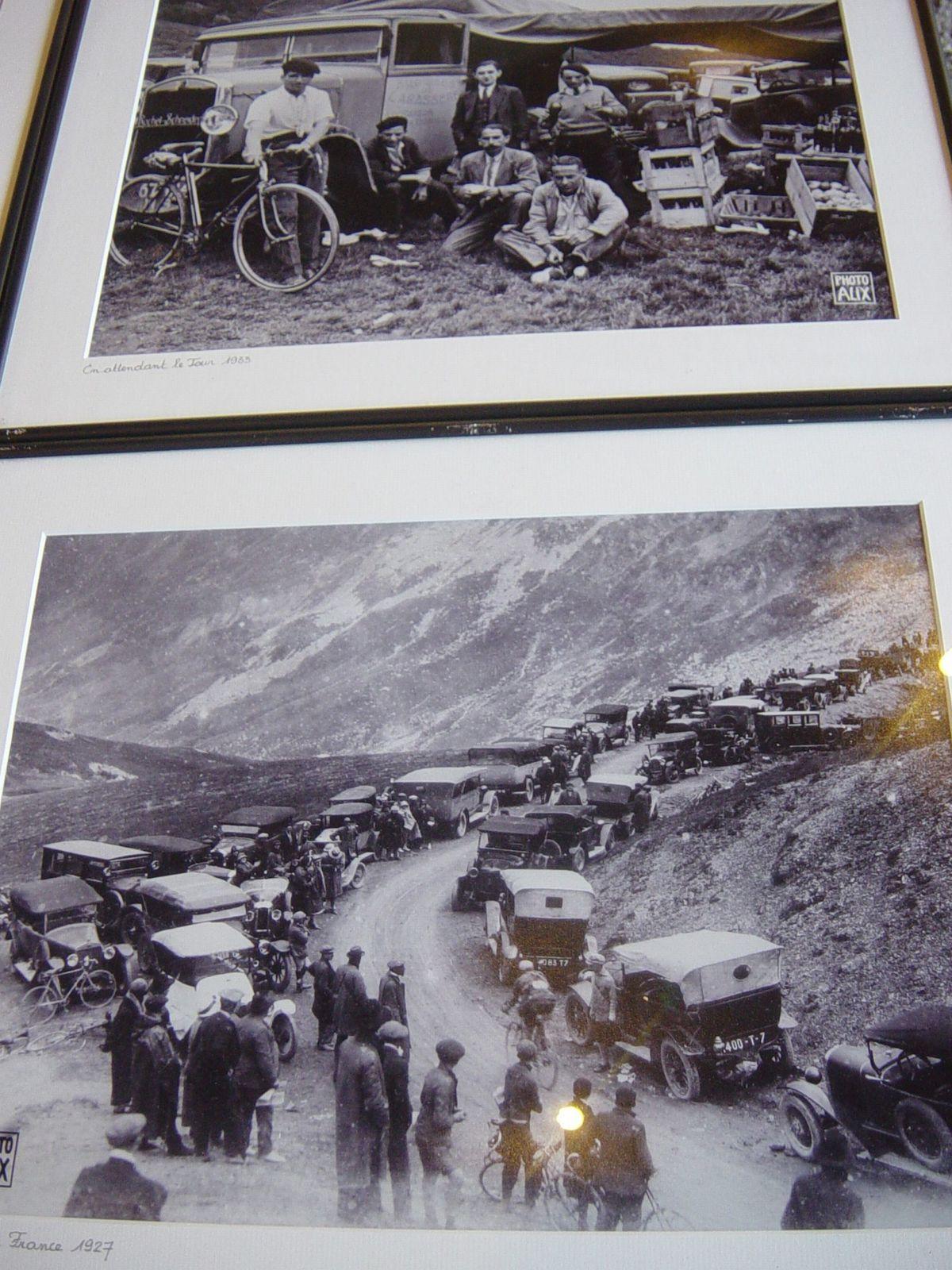En attendant de Tour 1933 et passage des coureurs au sommet du col du Tourmalet 1927.