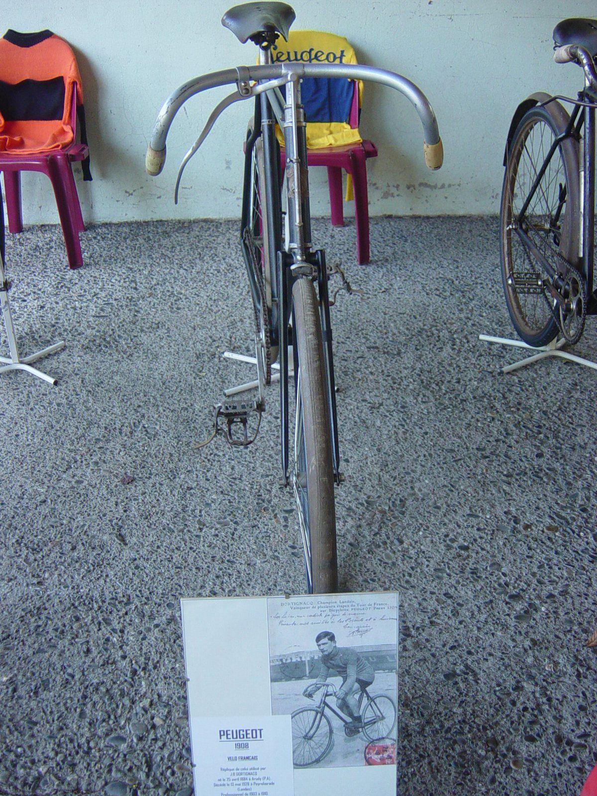 Vélo Peugeot de 1908, réplique du local J.B Dortignacq né à Arudy le 25/04/1884, décédé à Peyrehorade (40) le: 13/05/1928. 2ème du TDF 1904, 3ème en 1905 et vainqueur de 5 étapes.
