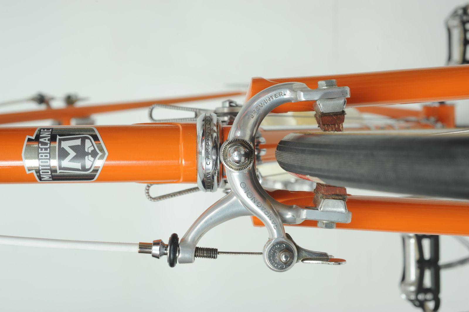 Le frein AV avec son axe en titane et les patins Universal.