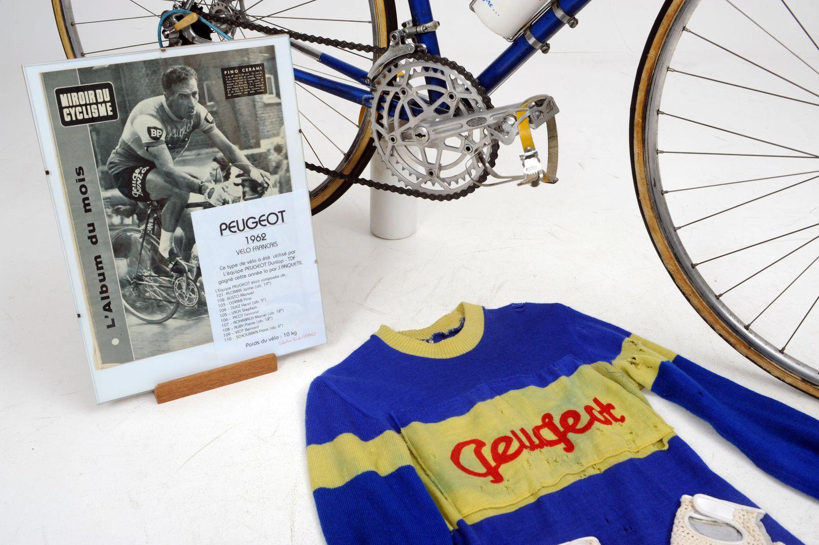 Vélo avec son présentoir, le maillot et les gants.