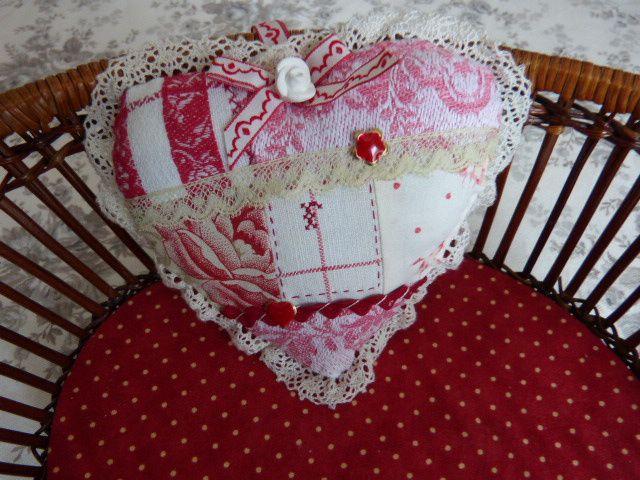 Sophie m'a offert un joli coeur orné d'une délicate dentelle et agrémenté d'autres ornements.