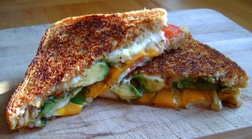 Grilled Cheese Avocat, Tomates, Coriandre et Oignons Rouges