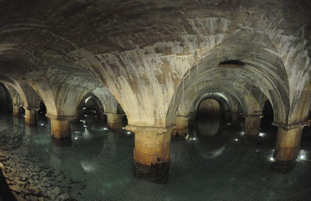 Un des bassins vouté : une ambiance hors du temps avec le bruit des goutes d'eau