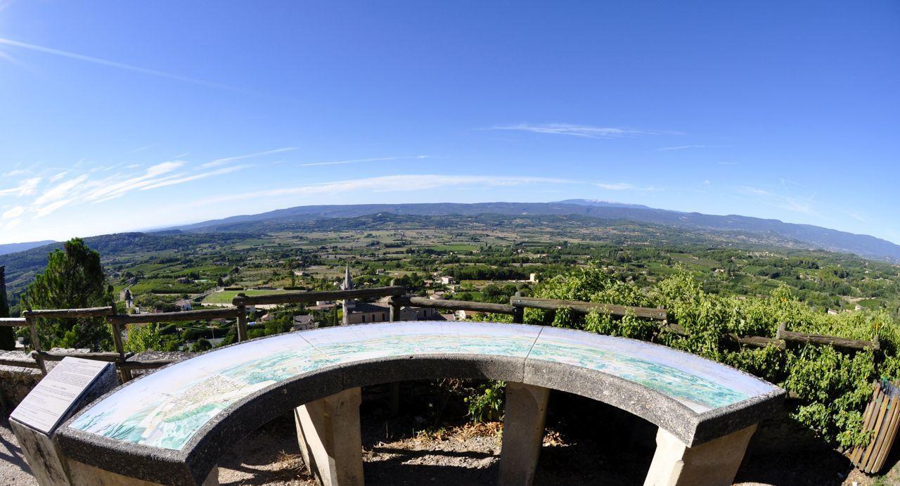 De la terrasse un panneau d'orientation  En fond nous apercevons le Géant de Provence : le mont Ventoux