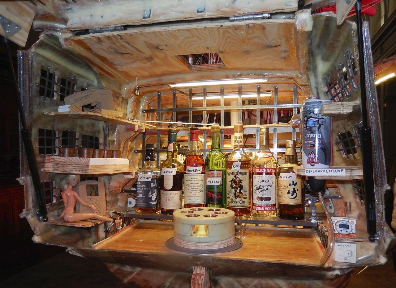 A la poupe « arrière » du navire un volet se soulève dévoilant un bar  Un dispositif permet de refroidir les verres d'alcool  Une barbie serveuse est prévue à gauche  L'artiste peut recevoir ses invités