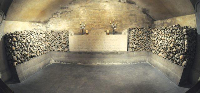 La tombe du Général est entouré de deux murets réalisé avec les ossements