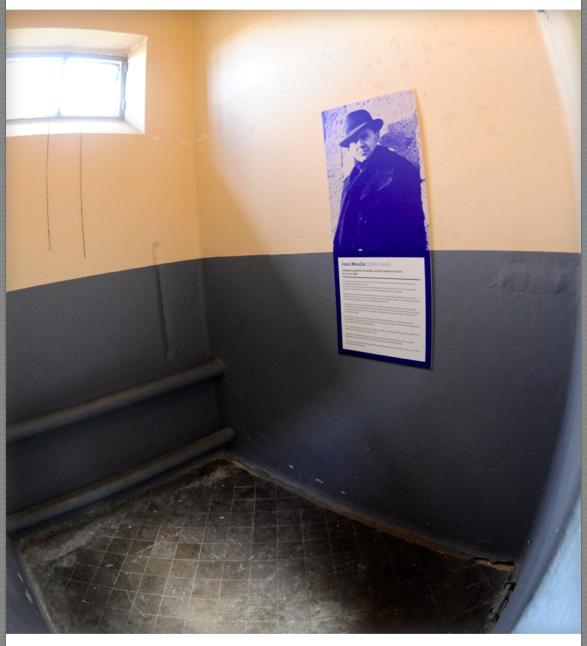 Une cellule nue : 4 m2 pas d'eau mais un tuyau de chauffage qui servira en morse ou alphabétique de « téléphone », pas de WC une « tinette » évacuée par une ouverture au ras de l'allée, une fenêtre grillagée  Le portrait de Jean Moulin  est placé dans cette cellule ou il a été incarcéré entre ses interrogatoire et tortures par  Klaus Barbie
