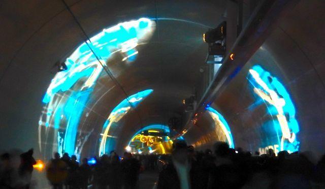 L'intérieur du tunnel et les fresques