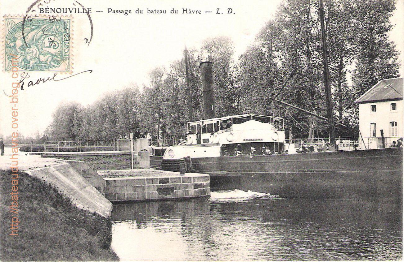 Passage de l'hirondelle au pont de Benouville ( Ici l'Hirondelle navigue vers Caen)