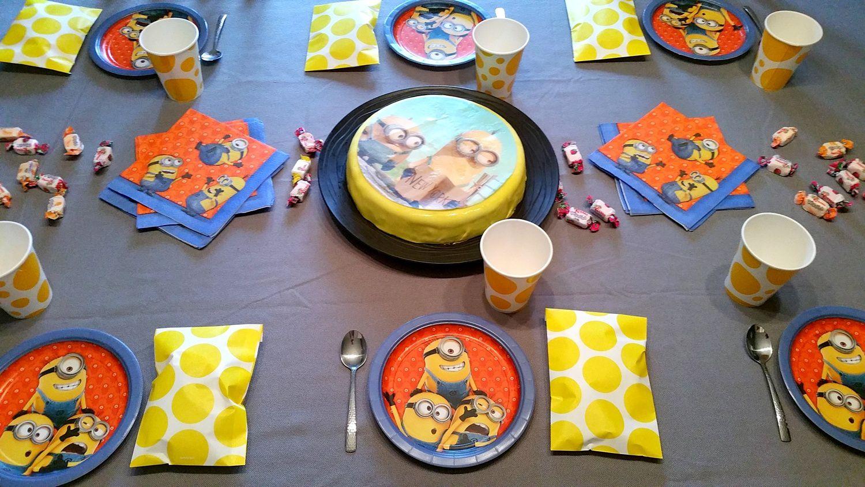 Nous avons préparé des petites pochettes surprises avec bonbons et chocolats à l'intérieur pour chacun des petits invités. Idées sympa également, les masques Minions que les enfants ont appréciés :)