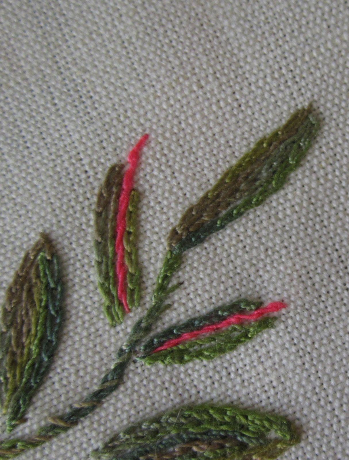 Feuillage :  fil dégradé vert et fil fluo rouge