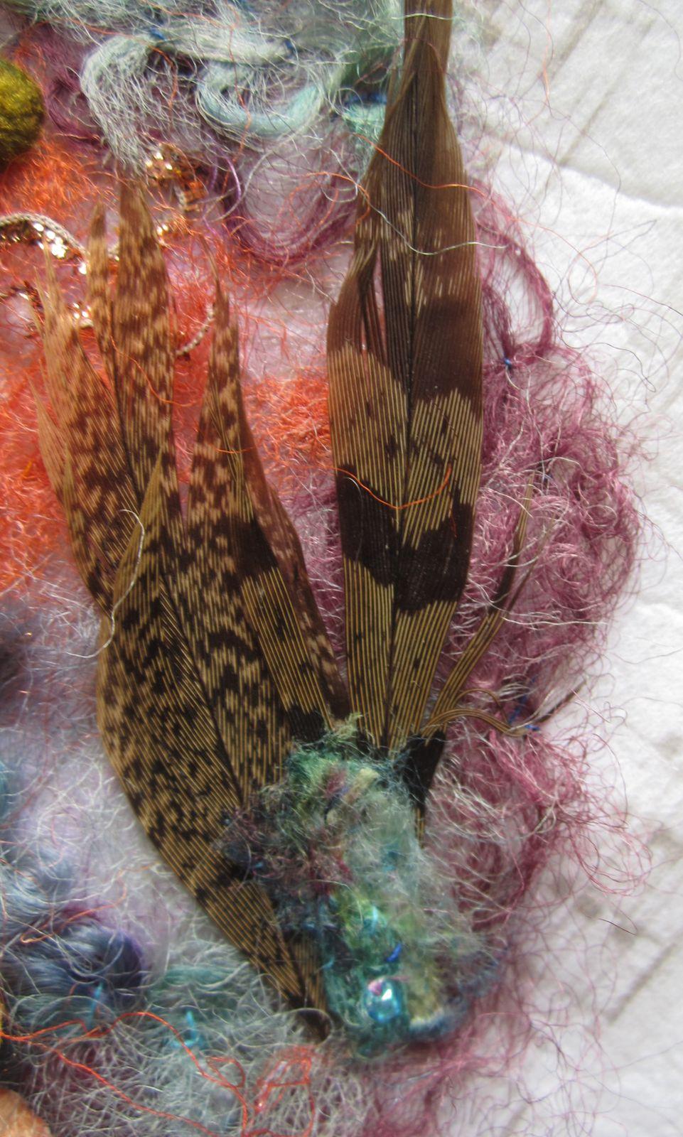 De la soie , des cocons, des plumes , des perles et des fils d'or  ....